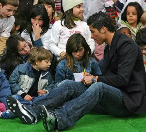 cristiano-ronaldo-408-helping-kids