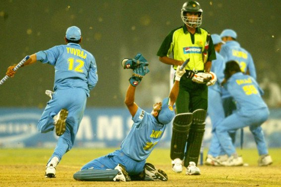 The 2003-04 Indo-Pak series was a landmark in Indo-Pak ties. It marked India's first tour of Pakistan in 15 years. © Getty Images