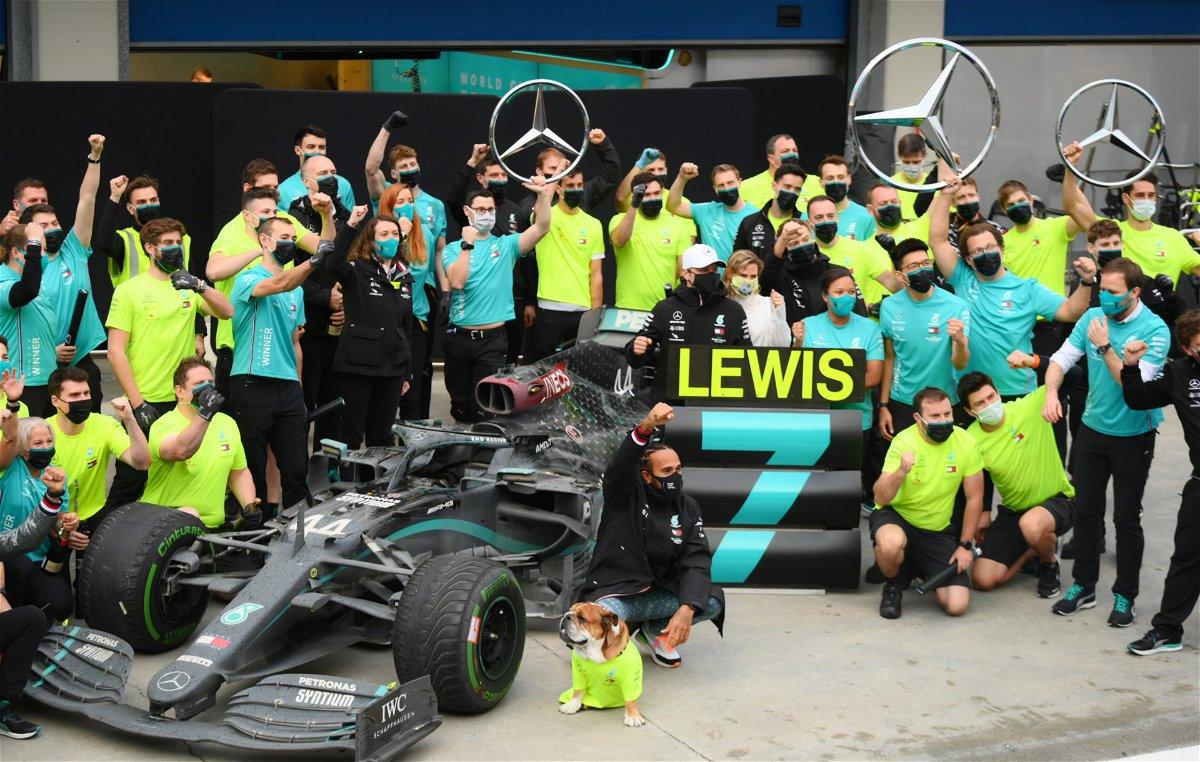 Lewis Hamilton célèbre sa victoire au championnat avec l'équipe Mercedes