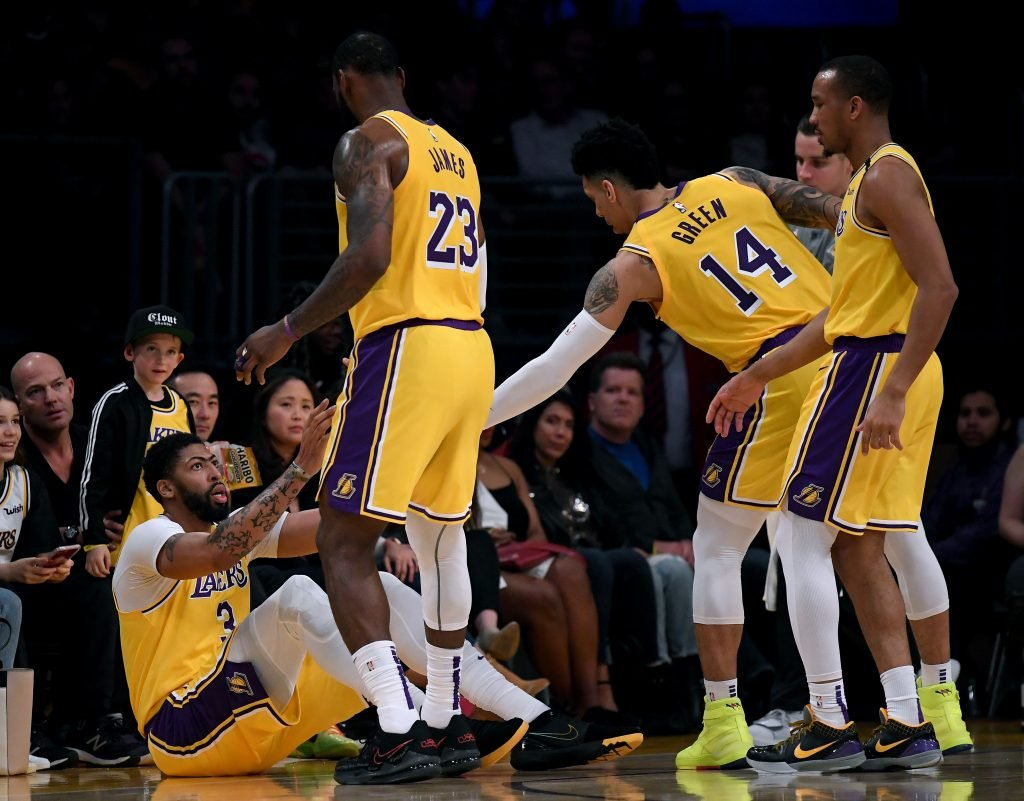 No Rift in Los Angeles Lakers Due to Opposing Stands by LeBron James and Dwight Howard: Reports thumbnail