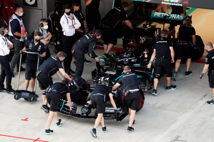Lewis Hamilton being brought back to the garage at Q2 in Sochi