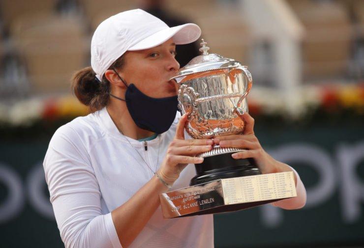 Iga Swiatek kisses the French Open 2020 trophy