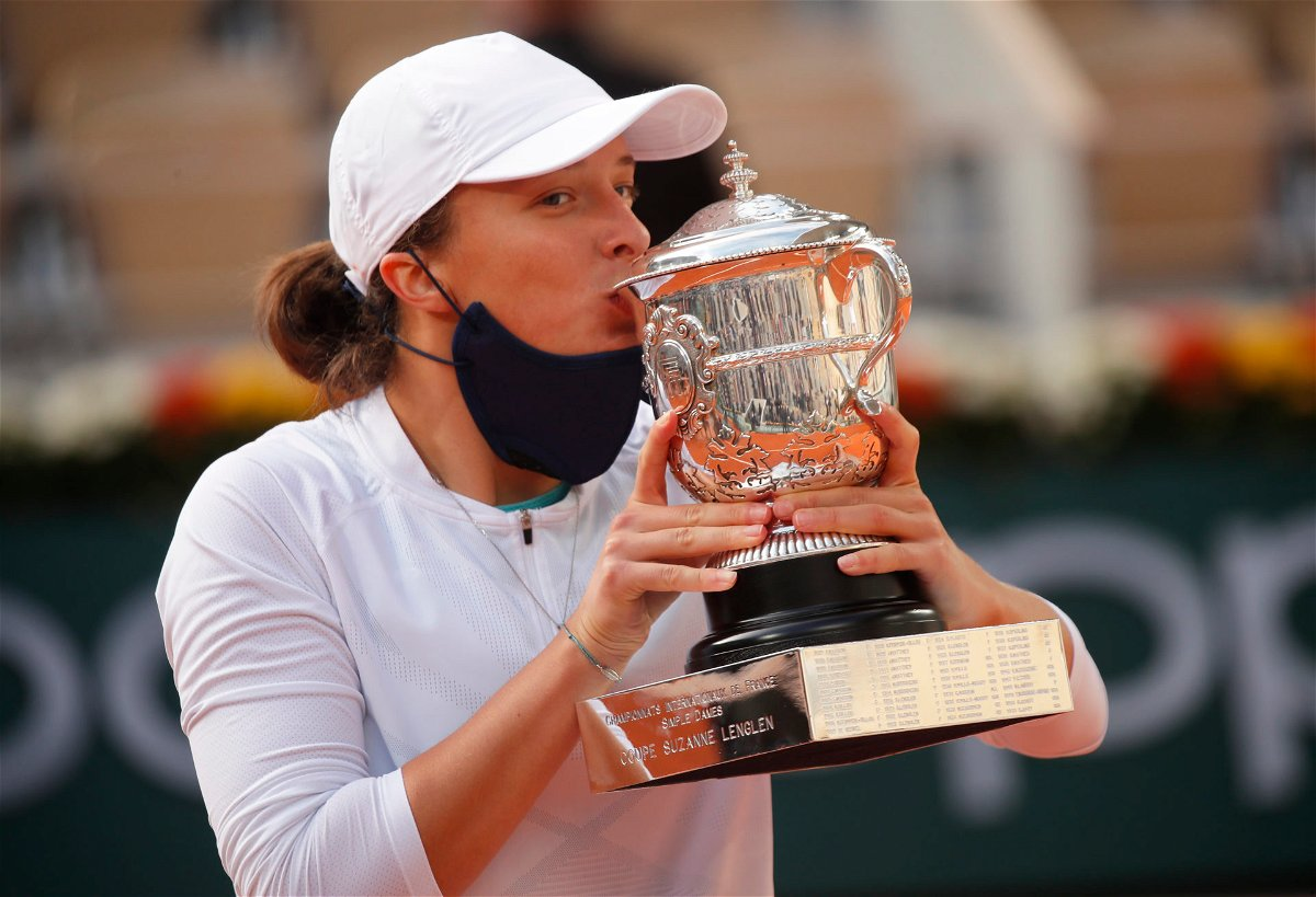 Iga Swiatek kisses the French Open 2020 trophy