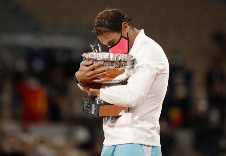 纳达尔庆祝他的法网冠军奖杯2020