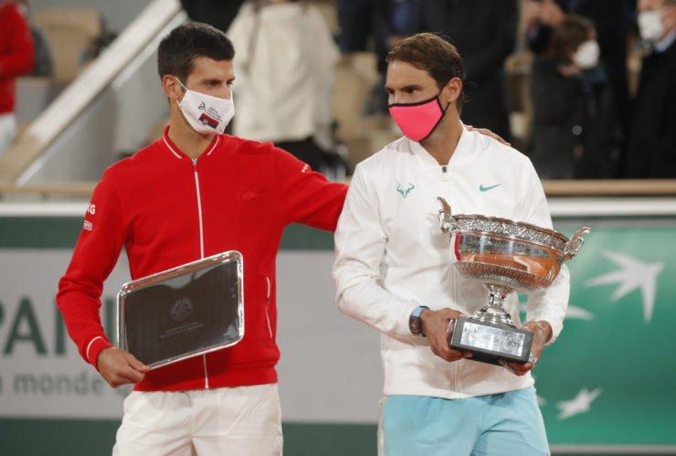 德约科维奇和纳达尔用自己的奖杯在法国网球公开赛2020
