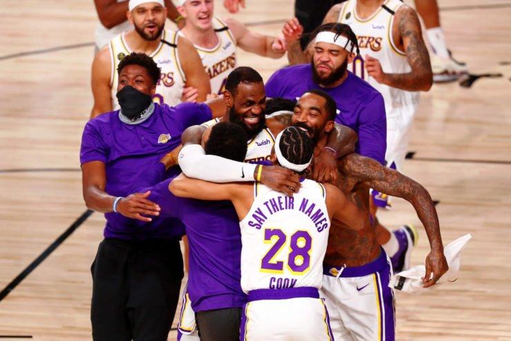 湖人队的勒布朗 - 詹姆斯得到殊荣的NBA总决赛2020年后与队友兴奋雷竞技app苹果版