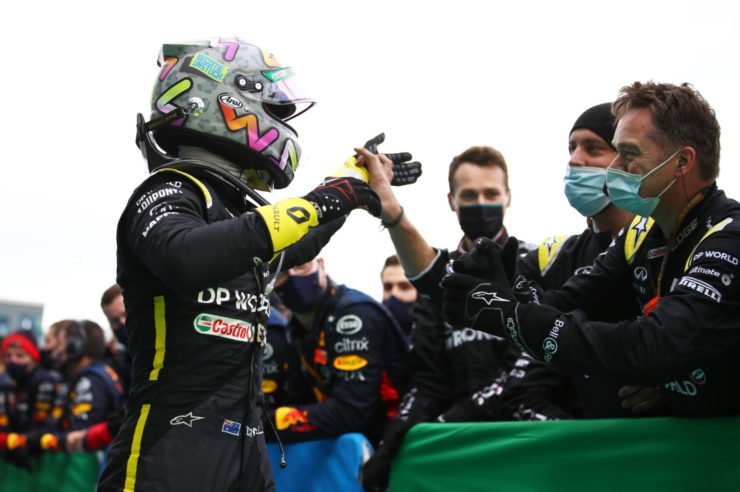 雷诺F1车队的丹尼尔·里卡多庆祝他登上领奖台的球队