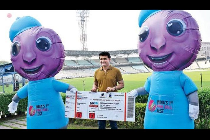 """Sourav Ganguly with the Day & night test mascots- """"Pinku"""" and """"Tinku"""""""