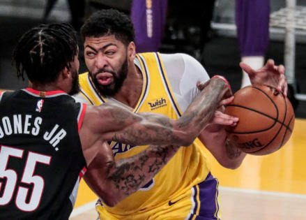 'Clumsiest Freak': Lakers Fans React in Frustration After Yet Another Injury Scare for Anthony Davis