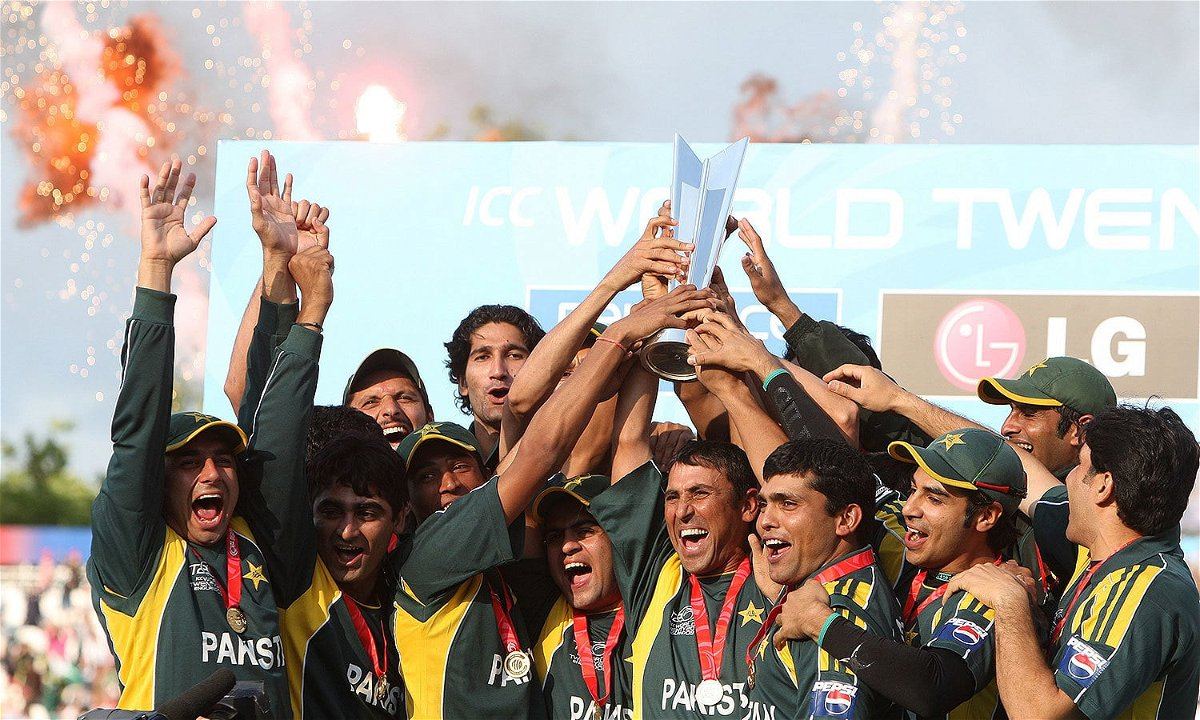 Pakistan team lifting the ICC T20 World Cup 2009